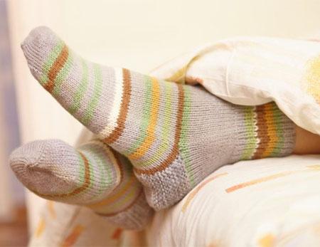 ayak-topuklarini-nemlendirmek