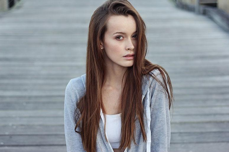 Genç Gösteren Dümdüz Kesilmiş Katsız Kesilmiş Saç Modeli