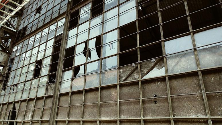 Kırık Camlar Kırık Pencereler